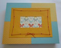 26 X 33 cm - revestida em papel guaflex ( base) e papel para scrapbooking (tampa).