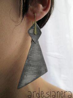 aluminium and brass earrings Metal Jewelry, Jewelry Art, Jewelry Design, Jewellery, Leather Earrings, Ring Earrings, Metallic Earrings, Paperclay, Geometric Jewelry
