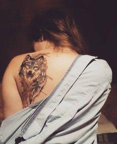 Nesmazatelna lihovka #tattoo #tattooedGirl #girlWithTattoos #wolfTattoo #colorTattoo #backTattoo #awesome #permanent #healed #animalLover #nikki #wolf #feathers #watercolorTattoo #olomouc #pragueTattoo #BestTattooArtist @zdvyhl.art by niconoay