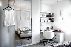 Sporą wnękę między dużą szafą a ścianą wypełnia mocowany do ściany blat oraz półki z płyty meblowej, przycięte na wymiar u stolarza. Do przechowywania dokumentów i przyborów służy szafka ustawiona przy ścianie. Całe wyposażenie, łącznie z obrotowym fotelem, jest białe, dzięki czemu nie dominuje w sypialni.