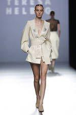 Teresa Helbig exhibe sus propuestas para primavera-verano 2016 sobre la pasarela de Mercedes-Benz Fashion Week Madrid - Ediciones Sibila (Prensapiel, PuntoModa y Textil y Moda)