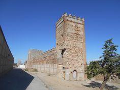 Segmento de murallas y torres entre puerta de Arévalo y de Peñaranda.Se ve el pasadizo interior que esta tapiado.