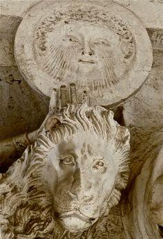 Sole su testa leonina. Particolare di un capitello, Palazzo Ducale, Venezia