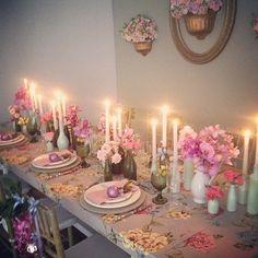 Garrafas se vestem de castiçal pra mesa ficar ainda mais linda. Orquídeas, mini rosas e folhagens saudade de produção linda! #hheventos #novofestejar