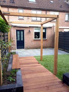 Strakke tuin met Pergola en hardhouten vlonder en kunstgras