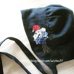 """좋아요 26개, 댓글 1개 - Instagram의 소금빛 자수 saltlight embroidery(@saltlight_)님: """"ㅡ 여자 어른을 위한 동화같은... 보넷.^^ 검정 퓨어리넨에 100%리넨실로 수놓았습니다. ㅡㅡㅡ #보넷 #Bonnet #소금빛자수 #자수보넷 #손끝에서피는꽃과자수…"""""""