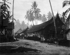 Berkas:COLLECTIE TROPENMUSEUM Adathuizen van de Minangkabau in Singkarak Sumatra`s Westkust TMnr 60003610.jpg