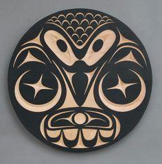 Haida-pöllö karhun päälle. Tai olkapäähän. Pöllön päälaen suomujen tilalle sacred geometry - tyyliä