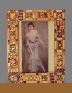 Cornice lilla: Realizzata in vetri artistici, vetri specchiati, murrine, oro e perle di vetro Dimensione: 24x19 misura esterna (per fotografia 13x18 cm) 21x 15,5 (per fotografia 10x15cm) 17x15 (per fotografia 9x11 cm)