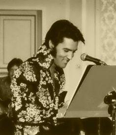 Elvis on August 1970 at the International's Convention Center in Las Vegas. King Elvis Presley, Elvis Presley Photos, Elvis In Concert, Beautiful Voice, Beautiful People, Most Handsome Men, Las Vegas Hotels, Thats The Way, Graceland