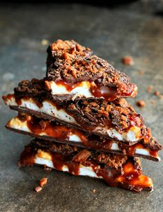 whiskey and bacon in the same food.and for dessert? It may just be the ultimate dessert! Just throw in caramel and marshmallow and voila! Who would have thought? Whiskey, Caramel, Marshmallow and Bacon Bark Yummy Recipes, Sweet Recipes, Dessert Recipes, Cooking Recipes, Yummy Food, Recipes Dinner, Dinner Ideas, Dessert Healthy, Healthy Recipes