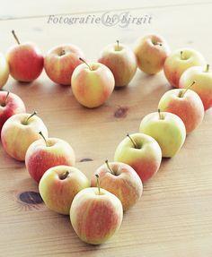 auch ein ApfelHerzle auf dem Tisch ist immer etwas NETTES. Apple, Poses, Fruit, Food, Table, Dekoration, Apple Fruit, Figure Poses, Essen