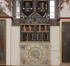 Große Wanduhr im Rittersaal in Schloss Weikersheim