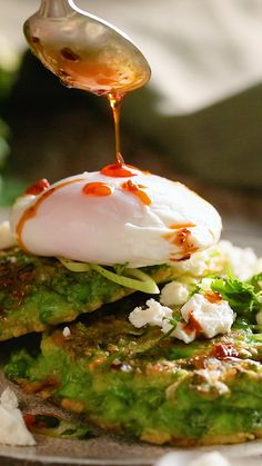 This gluten-free breakfast recipe will leave you wanting for more. The mix of peas, cheese and eggs all fall together perfect and create the perfect brunch. recipes for dinner easy videos Smashed Pea Pancakes Breakfast Dishes, Healthy Breakfast Recipes, Brunch Recipes, Healthy Eating, Healthy Recipes, Breakfast Casserole, Breakfast Pancakes, Dinner Healthy, Easy Recipes