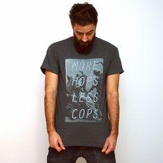 """Más lúpulo y menos policía es la traducción del diseño de esta camiseta """"More Hops Less Cops"""". Es nuestraversión grossera de """"Haz el amor y no la guerra"""". Una camiseta que es seguro no deja indife..."""
