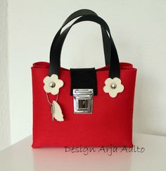 Flower purse. 100% wool felt. Bright red.