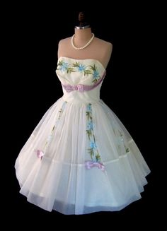 vintage cocktail dress with purple satin bows Vintage Outfits, Vintage Wardrobe, Vintage Gowns, Vintage Mode, Dress Vintage, Vintage Clothing, Vintage Style, Vintage Glamour, Vintage Beauty