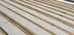 La pose d'une terrasse sur un lambourdage bois supporté par une dalle béton est un mode de pose relativement fréquent. Suivez pas à pas les étapes de ce type de lambourdage...