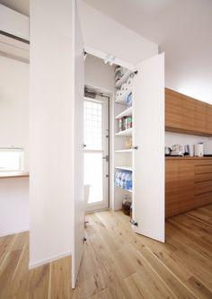 <em>パントリー</em>キッチンのそばに設置したパントリーは買い置きした食材やキッチンペーパーなど細々したものはここに収納できるので、キッチンはいつもすっきりした印象をキープできます。