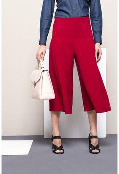 De culotte breekt dit lente-seizoen definitief door. TIP: De culotte is verrassend veelzijdig; je kunt deze broek met van alles combineren, van stoer casual tot zakelijk en stijlvol.