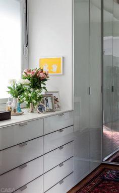 13-quartos-encantadores-gostosos-e-perfeitos-para-o-descanso Bedroom Closet Storage, Bedroom Closet Design, Home Bedroom, Bedroom Decor, Bedrooms, Diy Room Divider, Bedroom Cupboard Designs, Dream Decor, Home Decor Styles