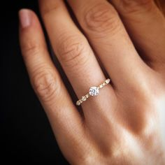 – Diamant mit seitlichem Girlandenring – Neue Mode Ringe – diamond with garland ring on the side, Wedding Rings Simple, Wedding Rings Vintage, Diamond Wedding Rings, Vintage Engagement Rings, Unique Rings, Beautiful Rings, Wedding Jewelry, Simple Rings, Gold Wedding