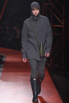 Hunter Original Fall 2015 Ready-to-Wear Collection Photos - Vogue Look Fashion, Fashion Show, Mens Fashion, Fashion Design, Fashion Trends, Fashion Ideas, Hunter Wellies, Hunter Boots, Vogue