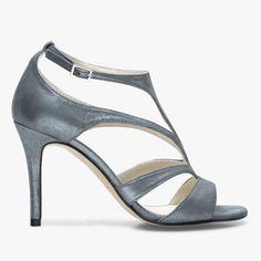 Sandale grise métallisée Une sandale très graphique et glamour avec sa matière métallisée, ses fines brides et son talon de 9 cm.  •#SHOESINMYLIFE On peut l'associer en soirée avec une robe courte et une pochette.  •Prendre votre pointure habituelle.