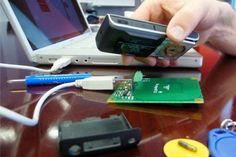 Les chercheurs de l'université du Minnesota ont découvert que les tours de téléphonie laissent transparaître des informations de localisation qui peuvent être utilisées pour suivre la localisation exacte d'un téléphone portable.    La chose intéressante pour exploiter cette vulnérabilité, c'est que vous aurez besoin d'un minimum de matériel pour y parvenir. Il vous suffira d'un ordinateur portable et d'un téléphone mobile comme l'explique Kune. Il ajoute également que vous n'aurez pas...