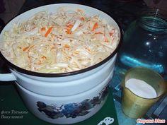 Салат з капусти 2 кг. капусты нашинковать: 100 гр. моркови ч/з терку; 1 литр воды кипяченой, охлажденной; 100 гр. сахара; 2 столовые ложки соли с горкой; 1 чайная ложка эссенции 70%; 1 головку чеснока