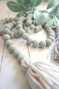 Diy Tassel Garland, Wood Bead Garland, Beaded Garland, Garlands, Tassels, Diy Christmas Garland, How To Make Beads, How To Make Garland, Beaded Ornaments