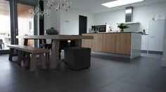 Tegelvloer betonlook antraciet 100 x 100 cm keuken/eetruimte Grey Floor Tiles, Grey Flooring, Puppy Palace, Kitchen Colors, Dining Bench, New Homes, Living Room, The Originals, Interior