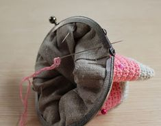 Mis obsesiones de hoy: Tutorial : monedero con boquilla / How to do : crochet purse with frame Frame Purse, Crochet Purses, Beaded Embroidery, Fashion Backpack, Coin Purse, Knitting, Sewing, Detail, Coin Purses