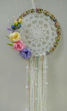 #atrapasueños #flores #vintage #manualidadesdecoracion Lace Dream Catchers, Dream Catcher Craft, Dream Catcher Boho, Easy Crafts To Sell, Diy Crafts For Kids, Doilies Crafts, Yarn Crafts, Crochet Dreamcatcher Pattern, Freeform Crochet