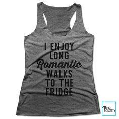 J'aime les longues promenades romantiques sur le réfrigérateur | T-shirt drôle | Citation de T-shirt | Alimentation + boisson Collection | Débardeur nageur pour femmes