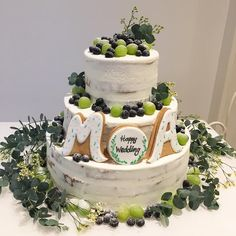 ショップのメゾン・プルミエール アット ロビンズさんのインスタグラム(Instagram)写真「_マスカットとブルーベリーで飾ったウェディングケーキ*°うっすらネイキッドにしています!.#omotenashi#weddingcake #ウェディングケーキ#オリジナル#マスカット#ブルーベリー#」。芸能人・有名人のInstagram(インスタグラム)。
