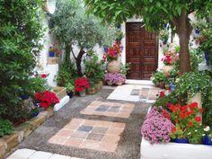 decorar con flores y mas flores: en tiestos, canastas, jardin. Incorporar fuente, vasijas de barro, etc.
