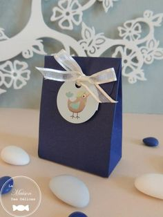 Mini pochon, contenant à dragées baptême couleur bleu marine. http://www.maison-des-delices.fr/contenants-a-dragees-mariage-boite-432