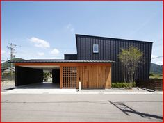 Architecture in Japan Garage House, House Roof, Home Room Design, House Design, Contemporary Architecture, Architecture Design, Mid Century Exterior, Carport Designs, Modern Rustic Homes