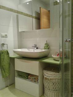 Un mueble para baño en verde con BESTÅ | MI LLAVE ALLEN Bathroom Storage, Small Bathroom, Bathrooms, Besta Hack, Ikea, Double Vanity, Sweet Home, Shelves, House