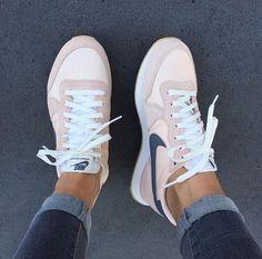 Nike Internationalist Trainers - Tennis Adidas - Ideas of Tennis Adidas - Nike Internationalist Trainers Jeans Und Sneakers, Sneakers Mode, Sneakers Fashion, Fashion Shoes, Adidas Sneakers, 90s Fashion, Nike Fashion, Celebrities Fashion, Runway Fashion