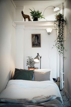 Small Spaces Gemütliche kleine Schlafzimmer umgestalten Ideen On the other hand, a pot that con Small Apartment Bedrooms, Small Rooms, Small Apartments, Small Spaces, Tiny Bedrooms, Small Beds, Attic Spaces, Stylish Bedroom, Cozy Bedroom