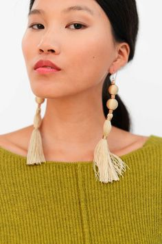 Los pendientes de pompones que elevan tu look | Galería de fotos 12 de 16 | Stylelovely Big Earrings, Statement Earrings, Drop Earrings, How To Make, How To Wear, Beige, Silver, Gold, Vintage