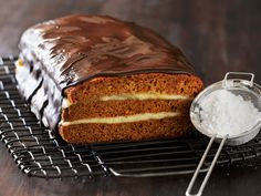 Verdens bedste Honningkage Danish Cake, Danish Food, Delicious Desserts, Yummy Food, Scandinavian Food, Eat Smart, Pastry Cake, Sweet Cakes, Sweet Bread