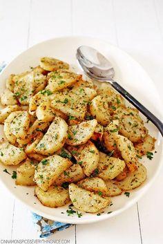 Patates, bu dünya üzerindeki en güzel sebzelerden biridir. Her şeye yakışır ve neşekilde pişirirseniz pişirin lezzetli olur. Muhtemelen patates sevmeyen insansayısı da çok çok azdır.Peki, patatesle yapılacak kaç tane yemek biliyorsunuz? En klasiklerini saydığınızıduyar gibiyim. Biz düşündük de sizinle kolay, lezzetli ve patatesli 3 farklı tarif paylaşalım dedik!Mesela, patatesli çerkez mantısından başlayalım; halk dilinde haluj …