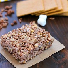Take those boring rice krispies treats to a whole new level and make them into S'mores Rice Krispies Treats! With marshmallow, graham crackers and Cocoa Krispies, these S'mores Rice Krispies Treats are the BOMB! Yummy Treats, Delicious Desserts, Sweet Treats, Dessert Recipes, Yummy Food, Bar Recipes, Dessert Ideas, Recipies, Dessert Bars