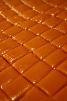 Fløtekarameller Krem.no Christmas Treats, Food To Make, Sweets, Desserts, Recipes, Glass, Caramel, Tailgate Desserts, Deserts