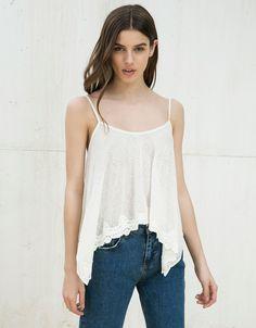 Trägershirt mit Klöppelei. Entdecken Sie diese und viele andere Kleidungsstücke in Bershka unter neue Produkte jede Woche