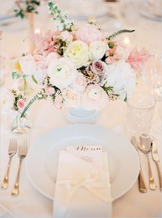 Blush Wedding Flowers and Table Decor Mod Wedding, Wedding Menu, Wedding Planning, Wedding Day, Trendy Wedding, Table Wedding, Wedding Table Ideas Elegant, Wedding Blush, Wedding Souvenir