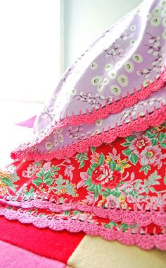 Love Rosehip's crochet-edged pillowslips <3